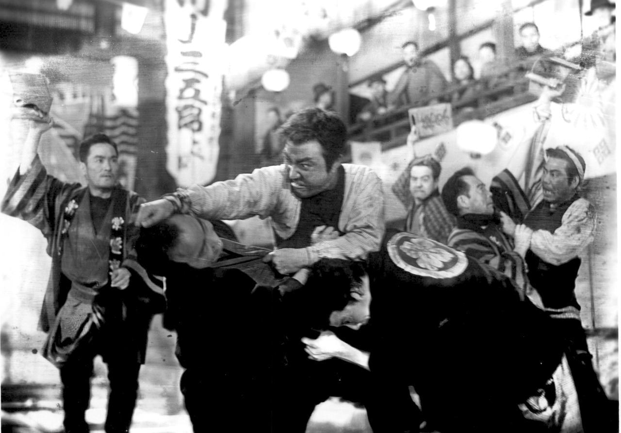 画像: Tsumasaburo Bando (center) © 1943 KADOKAWA