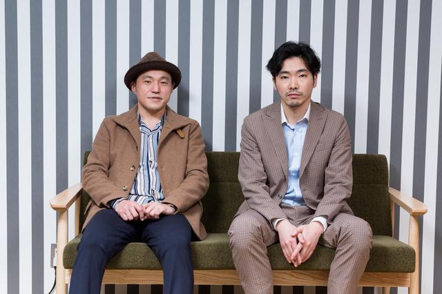 画像2: 左より冨永昌敬監督と、実在する末井昭を演じた柄本佑