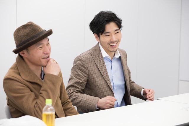 画像1: 左より冨永昌敬監督と、実在する末井昭を演じた柄本佑