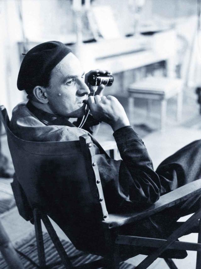 画像: イングマール・ベルイマン(1918-2007) スウェーデン・ウプサラ生まれ。1946 年『危機』で 映画監督デビュー。1952 年『不良少女モニカ』が ヌーヴェル・ヴァーグの作家たちに激賞され、1955 年『夏の夜は三たび微笑む』がカンヌ国際映画祭 詩的ユーモア賞を受賞。続く『第七の封印』(56)、 『野いちご』(57)、『処女の泉』(59)が各国の映画賞 を受賞し、世界的名声を確立した。代表作に『仮 面/ペルソナ』(66)、『叫びとささやき』(73)、『ファニ ーとアレクサンデル』(82)等。映画監督と同時に演 劇人としても名を馳せ、三島由紀夫の戯曲「サド侯 爵夫人」等を演出。2007 年フォール島の自宅にて 89 歳で死去。生涯に手がけた映画作品は 50 本 以上にのぼった。