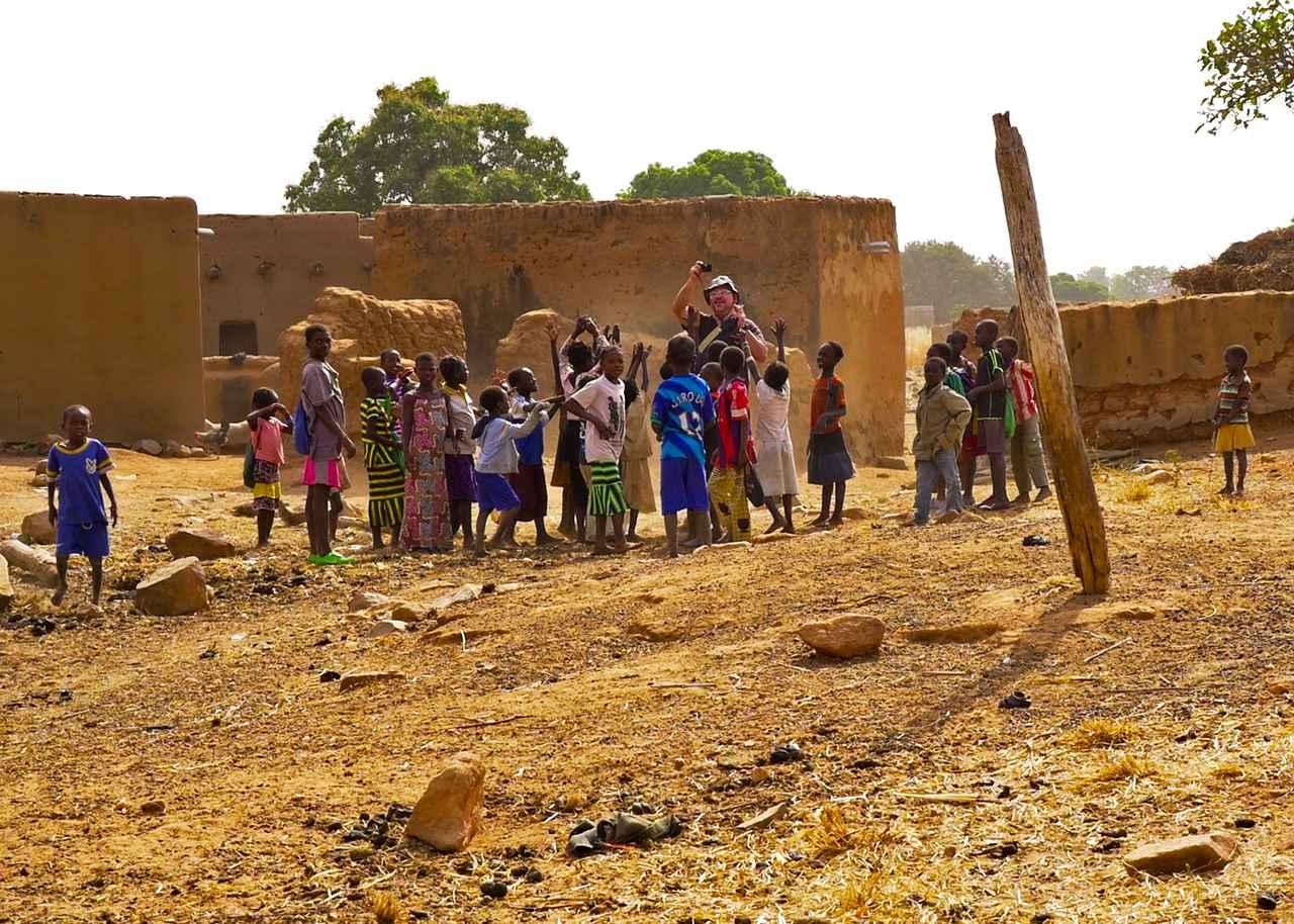 画像: 清水さんに群がる子どもたち