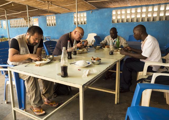 画像: 食事中、ご飯山盛り