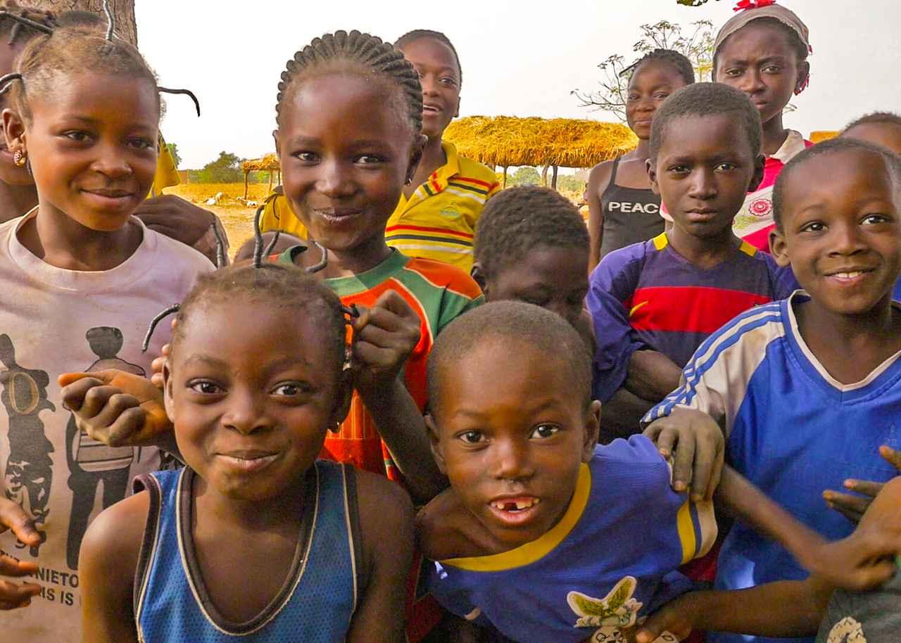 画像: 最初、カメラを向けると、子どもたちはそわそわした表情を見せてました