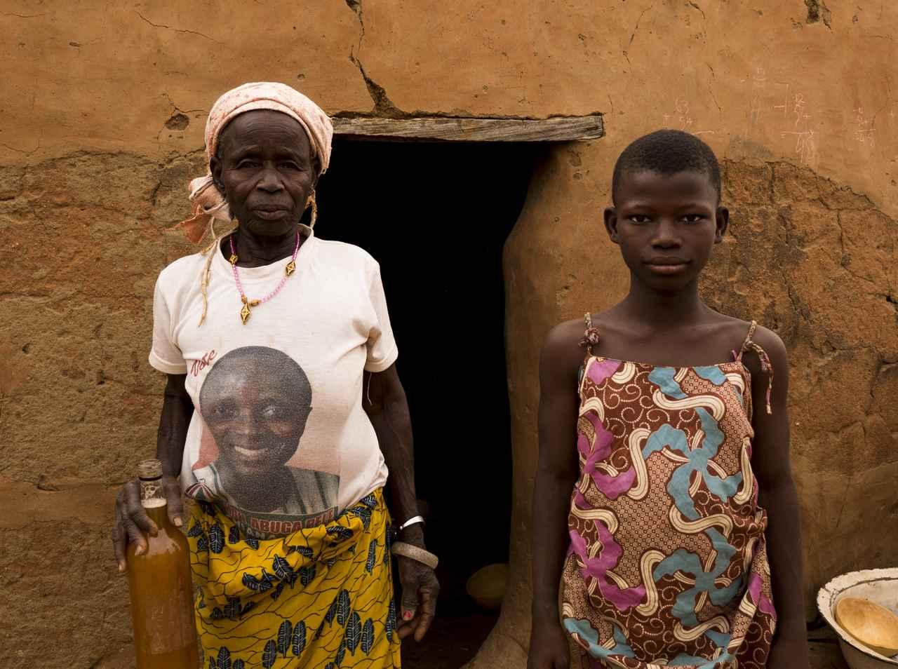 画像: くだんのお母さんとお孫さん?、手にはチャパロ