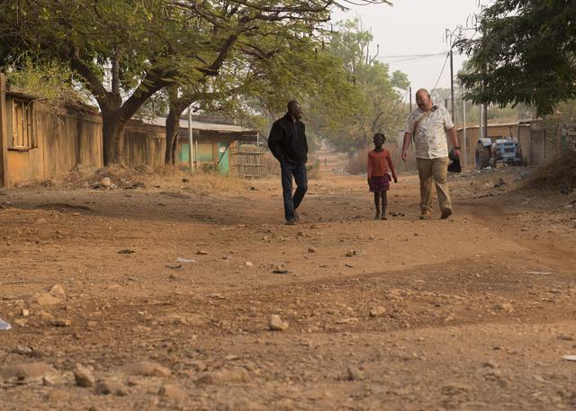 画像: 清水さん、調査のお手伝いをしているラミンさん、近所の子ども