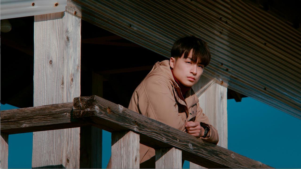 画像: どこか重い表情で遠くを見つめる白濱亜嵐 ©2018 CINEMA FIGHTERS