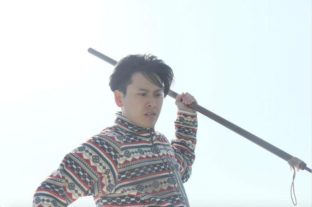 画像: 山下健二郎がモリを躍動感たっぷりに振り上げている ©2018 CINEMA FIGHTERS