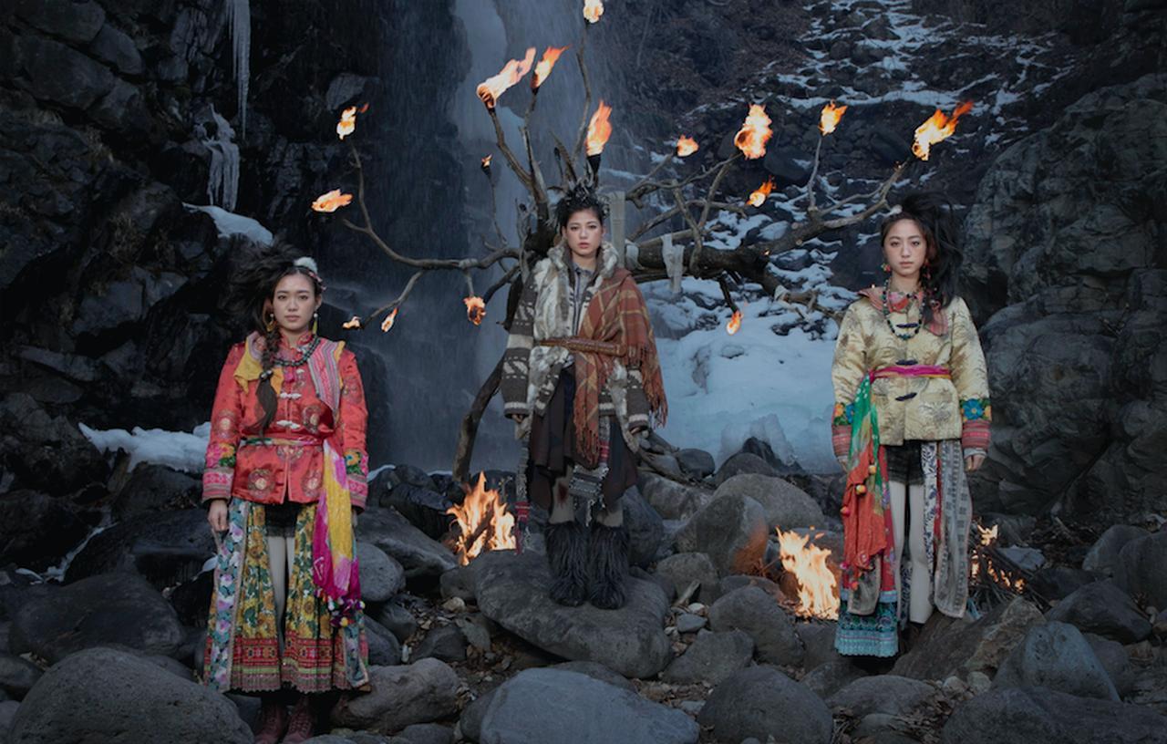 画像: 岩場に斬新な髪型や服装の石井杏奈、山口乃々華、坂東希 ©2018 CINEMA FIGHTERS