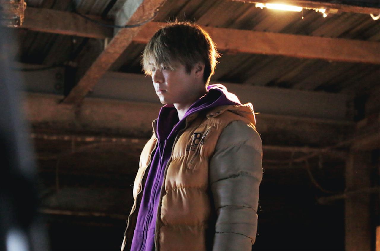 画像: セットされていない無造作な髪で牛舎に佇むTAKAHIROの姿が ©2018 CINEMA FIGHTERS