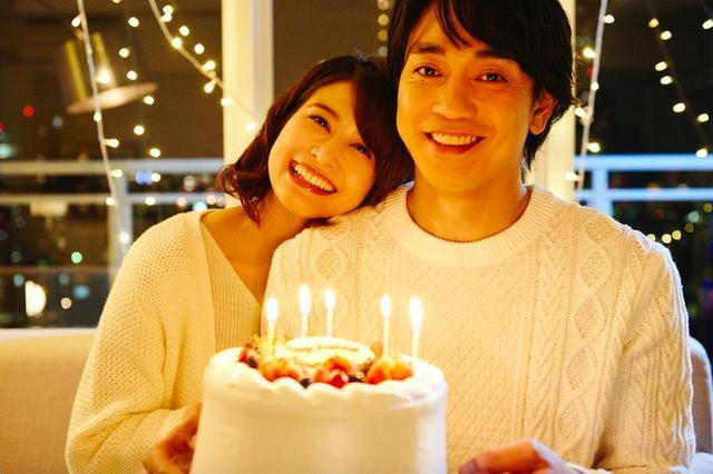 画像: 幸せそうな笑顔で誕生日ケーキを持つ青柳翔と佐津川愛美 ©2018 CINEMA FIGHTERS