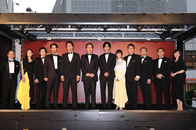 """画像1: """"コンプラ""""度外視で観る者を魅了-『孤狼の血』。完成披露試写会 に役所広司・松坂桃李を筆頭に日本を代表する12人の豪華キャストが遂に堂々集結!"""