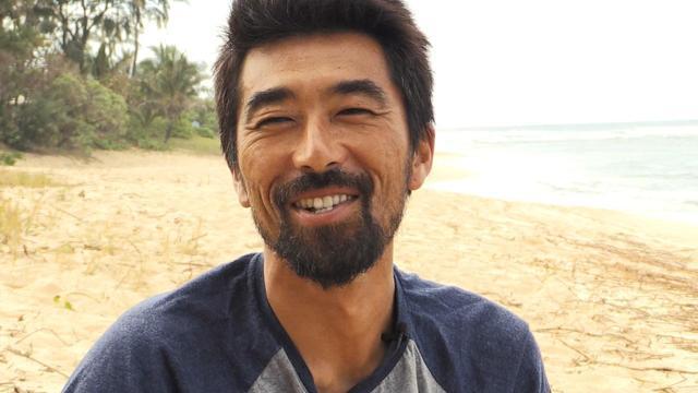 画像: © 2018 Masataka Kiyono & IMPC., Inc. All rights reserved. 脇田貴之:1971 年 12 月 12 日生まれ。 神奈川県藤沢市、湘南出身のプロサーフ ァー。世界で最も美しく危険な波、パイプラインに自分の名前を刻む唯一の日 本人サーファー。また、2児の父であり、プロサーファーの息子と娘、そして 妻を含め一家全員がサーファー。ハイシーズンである冬になるとハワイに拠点 を移し、パイプラインに全身全霊をかける生活は、現在に至るまで 27 年にも及 ぶ。 2007 年から 2016 年の 9 年連続、世界で 28 人しか招待されないエディーアイカ ウ インビテーショナルに日本人として唯一招待され続ける。開催規定サイズま で波が上がった 2009 年 12 月・2016 年 2 月の 2 回に出場し、2016 年は 12 位。 2010 年 アースアワード受賞