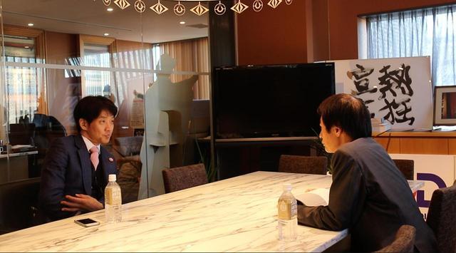 画像2: 左、松村厚久 右 奥山和由 © 2018 吉本興業/チームオクヤマ