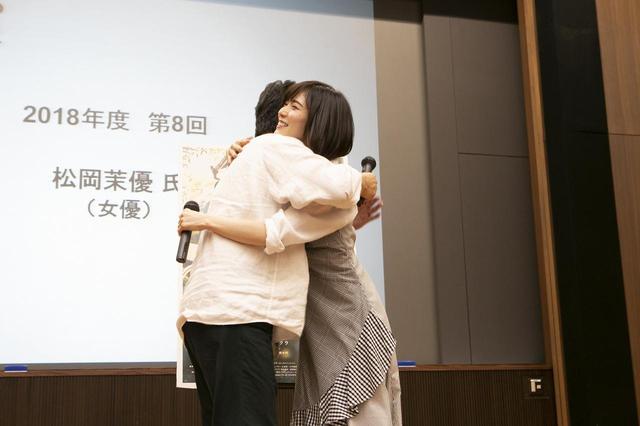 画像: ハグする是枝裕和監督、松岡茉優