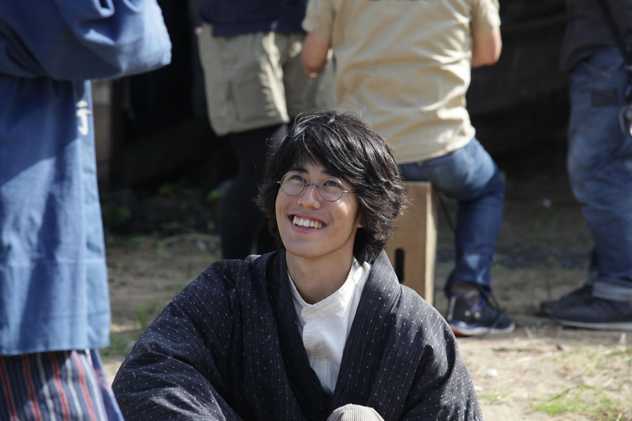画像: 撮影の合間の爽やかな 寛 一 郎の笑顔.