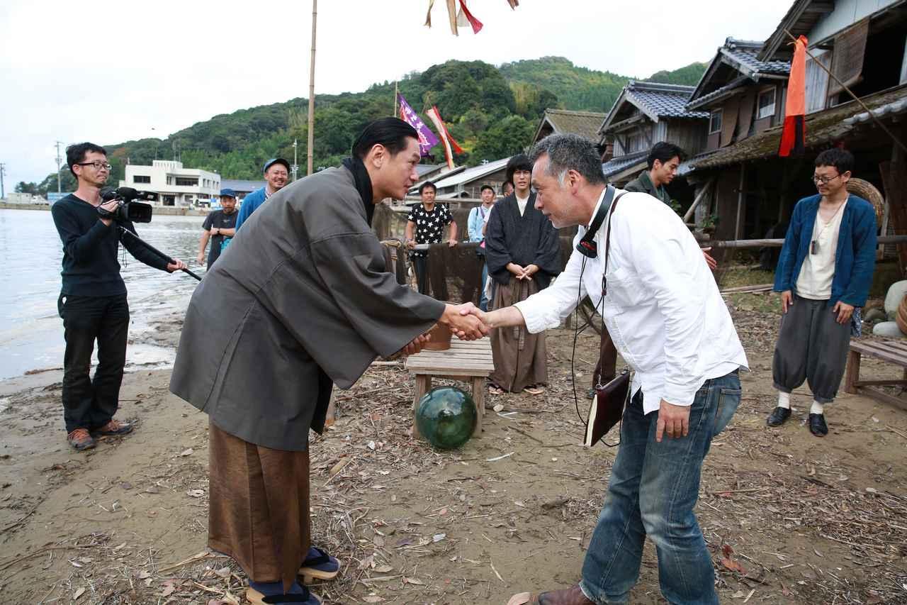 画像: 井浦 新、山中の撮影最終日