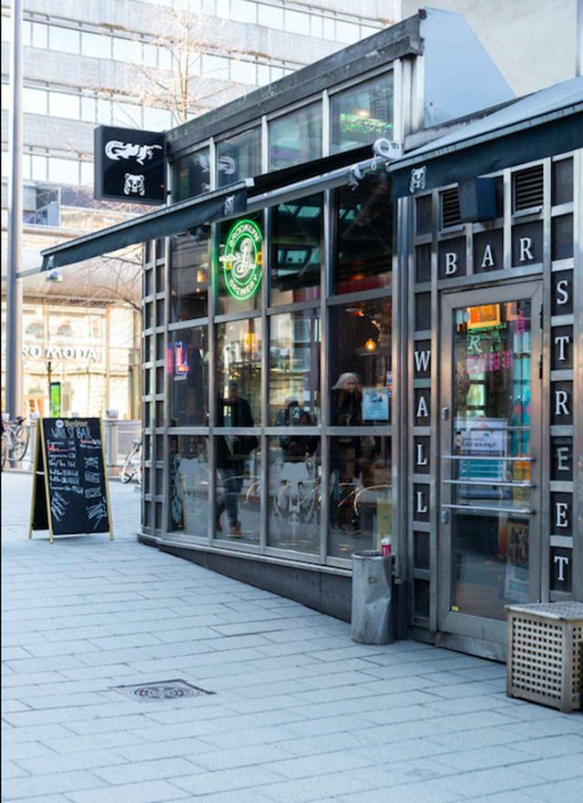 画像: 主人公カリード(シェルワン•ハジ)がコーヒーを飲むシーンの撮影現場、 中央駅からも近い〈ウォール・ストリート・バー〉