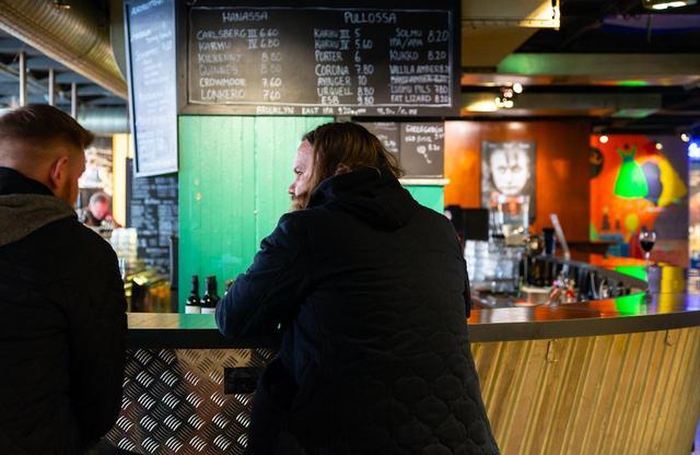 画像: 〈アンドラ〉劇場の1階の〈コロナバー〉には映画好きや常連さんが日夜集う。