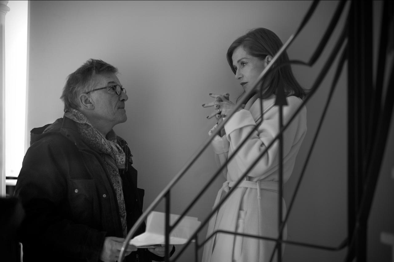 画像: イザベル・ユペールとブノワ・ジャコ―監督 メイキング写真 ©2017 MACASSAR PRODUCTIONS - EUROPACORP – ARTE France CINEMA - NJJ ENTERTAINMENT - SCOPE PICTURES