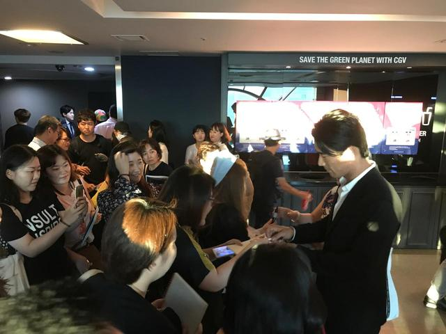 画像: ファンに囲まれるEXILE/三代目J Soul Brothers 小林直己