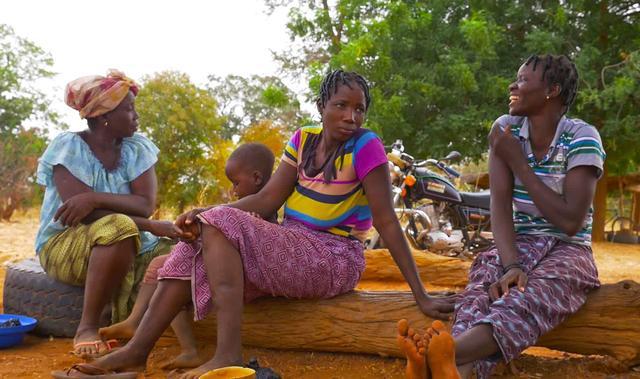 画像: 老若男女問わず、みんなでのんびり過ごす