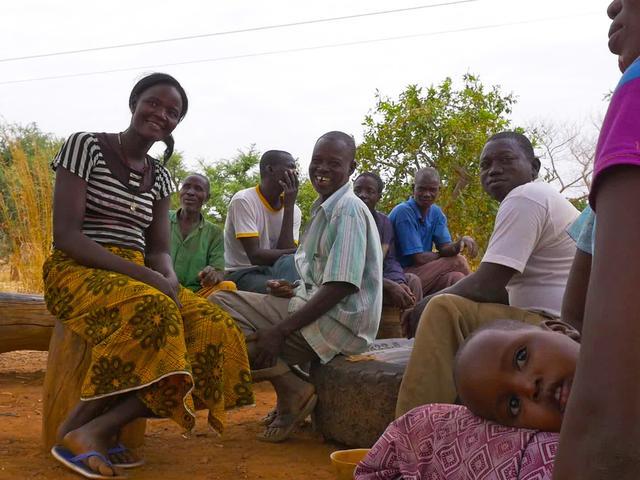 画像: 現地の人々を生き生きとさせる清水さん
