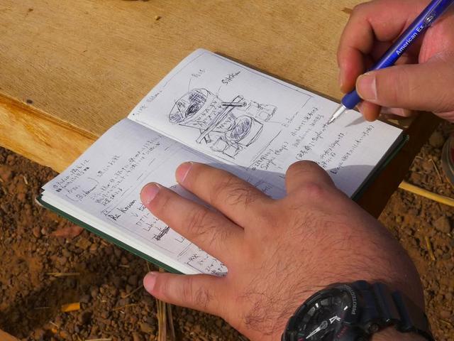 画像: チャパロの製造工程などをメモする清水さん