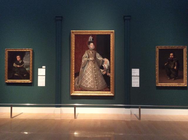 画像: 左 : ディエゴ・ベラスケス《バリェーカスの少年》1635-45年 油彩・カンヴァス 107x83cm 中央:アロソン・サンチェス・コエーリョ《王女イザベル・クララ・エウヘニアとマグダレーナ・ルイス》1585-88年 油彩・カンヴァス 207x129cm 右:ファン・パン・デル・アメン《矮人の肖像》1626年頃 油彩・カンヴァス122.5x87cm photo©︎cinefil