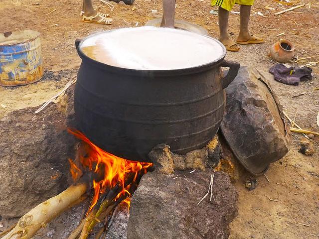 画像: これを釜に戻して、酵母を入れて煮立てるとチャパロが完成