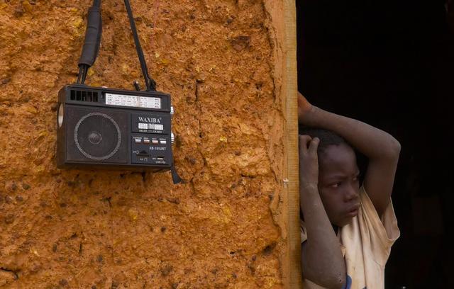 画像: ラジオからはニュースや音楽が流れている