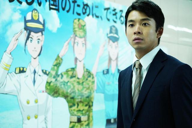 """画像: 徴兵制のポスターを担当している広告代理店の渡邊(太賀) ©2018""""Ten Years Japan"""" Film Partners"""