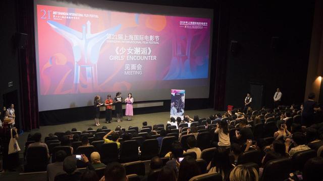 画像: 巨大なスクリーンの前に立つ枝優花監督×モトーラ世理奈×土山茜