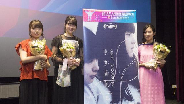 画像: 左より枝優花監督、モトーラ世理奈、土山茜