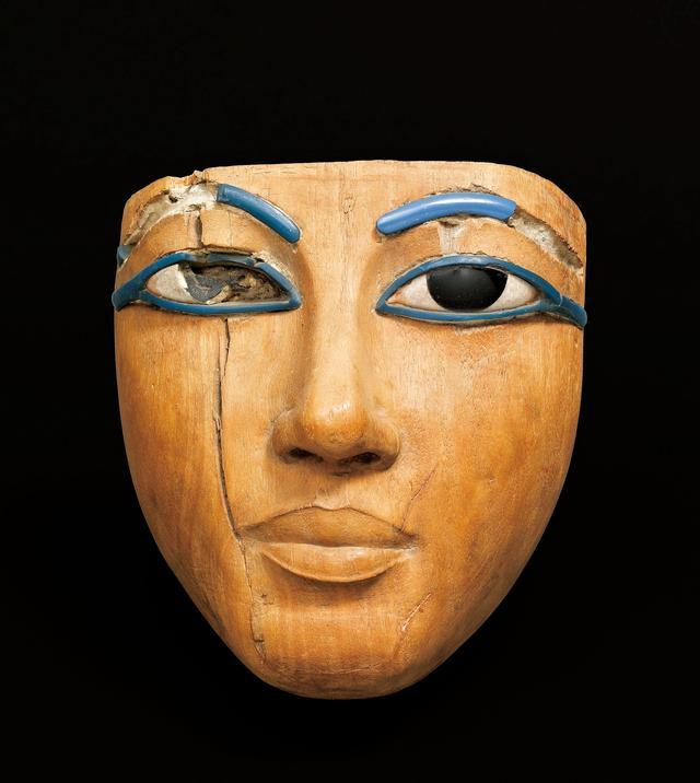 画像: 《棺に由来するマスク》 新王国時代、第18王朝、アメンへテプ 3世の治世(前1391-前1353年)エジプト出土 Photo © RMN-Grand Palais (musée du Louvre) / Franck Raux /distributed by AMF-DNPartcom
