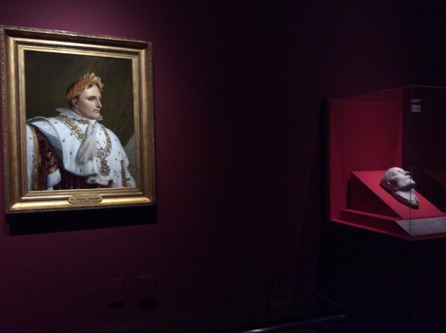 画像: 左)《戴冠式の正装のナポレオン1世の肖像》アンヌ・ルイ・ジロデ・ド・ルシー=トリオゾンの工房 1812年以降 油彩/カンヴァス 82x62cm 右)《ナポレオン1世のデスマスク》フランチェスコ・アントンマルキ 1833年 石膏 photo©︎cinefil
