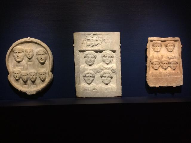 画像: 左)《墓碑肖像》ギリシャ、マケドニア、テッサロニキで制作 / 3世紀半ば / 大理石 ケドニアとトラキアの間の地域で出土 中央)《墓碑肖像》ギリシャ、マケドニア、テッサロニキで制作 / 180年頃 / 大理石(タソス産) / 出土地不詳 右)《墓碑肖像》ギリシャ、マケドニア、テッサロニキで制作 / 2世紀末−3世紀初頭 / 大理石(タソス産) ケドニアとトラキアの間の地域で出土 photo©︎cinefil