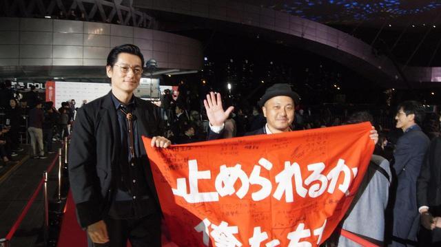 画像: 左より井浦新、白石和彌監督