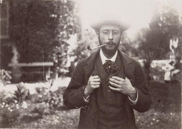 画像: 《ル・グラン=ランスの庭で煙草を吸うピエール・ボナール》1906年頃 モダン・プリント 6.5×9cm オルセー美術館 © RMN-Grand Palais (musée d'Orsay) / Hervé Lewandowski / distributed by AMF