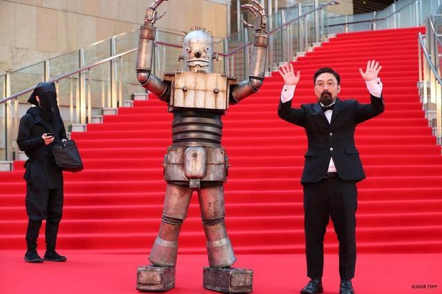"""画像4: 東京国際映画祭開幕!謎のロボット""""ロボオ""""登場!映画『ハード・コア』レッドカーペットは山下敦弘監督と""""ロボオ""""に世界中から熱視線!?"""