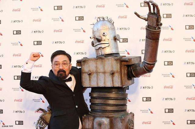 """画像3: 東京国際映画祭開幕!謎のロボット""""ロボオ""""登場!映画『ハード・コア』レッドカーペットは山下敦弘監督と""""ロボオ""""に世界中から熱視線!?"""