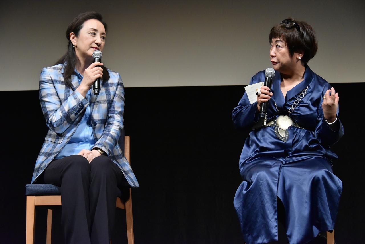 画像2: 左より 中林美恵子教授、湯山玲子