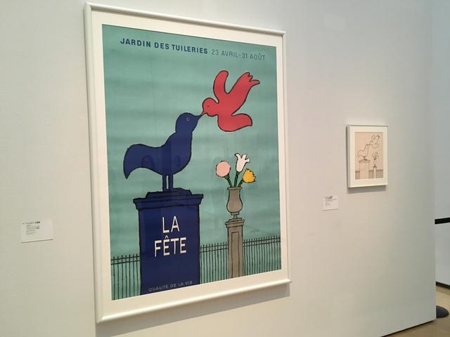 画像: 左)《テュイルリー公園祭》1953年 ポスター(リトグラフ、紙)パリ市フォルネー図書館蔵 右)《「テュイルリー公園祭」デザイン画(再制作)》1993年(1953年制作ポスターより描き起こし) デザイン画(ペンその他、紙) マッサン蔵 photo©︎cinefil