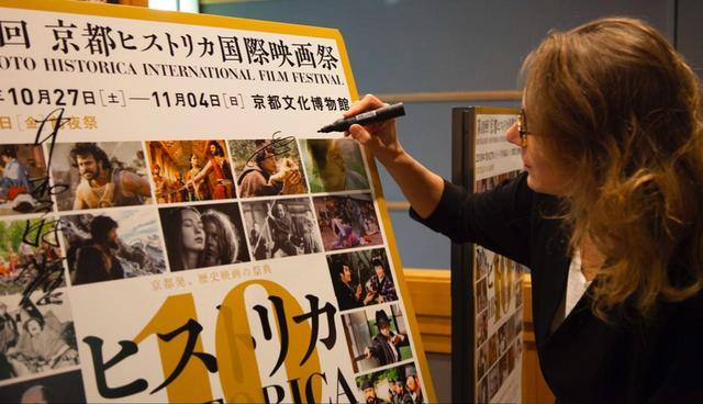 画像: 記念にサインを書き込むマリーヌ・フランセン監督