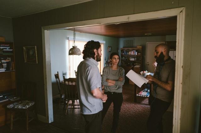 画像: デヴィッド・ロウリー監督とケイシー・アフレックとルーニー・マーラ ©2017 Scared Sheetless, LLC. All Rights Reserved.