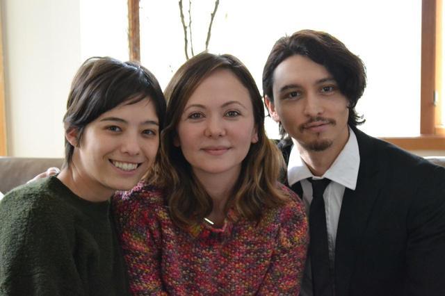 画像: 左よりサンドバーグ直美、ナグメ・シルハン監督、ジュリアン