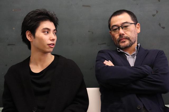画像2: 左より村上虹郎さん、武正晴監督