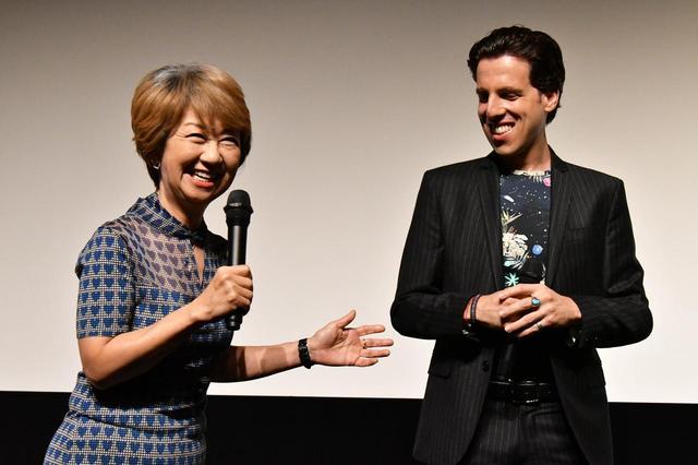 画像1: 左よりジャズシンガーの綾戸智恵さん、トム・ヴォルフ監督。
