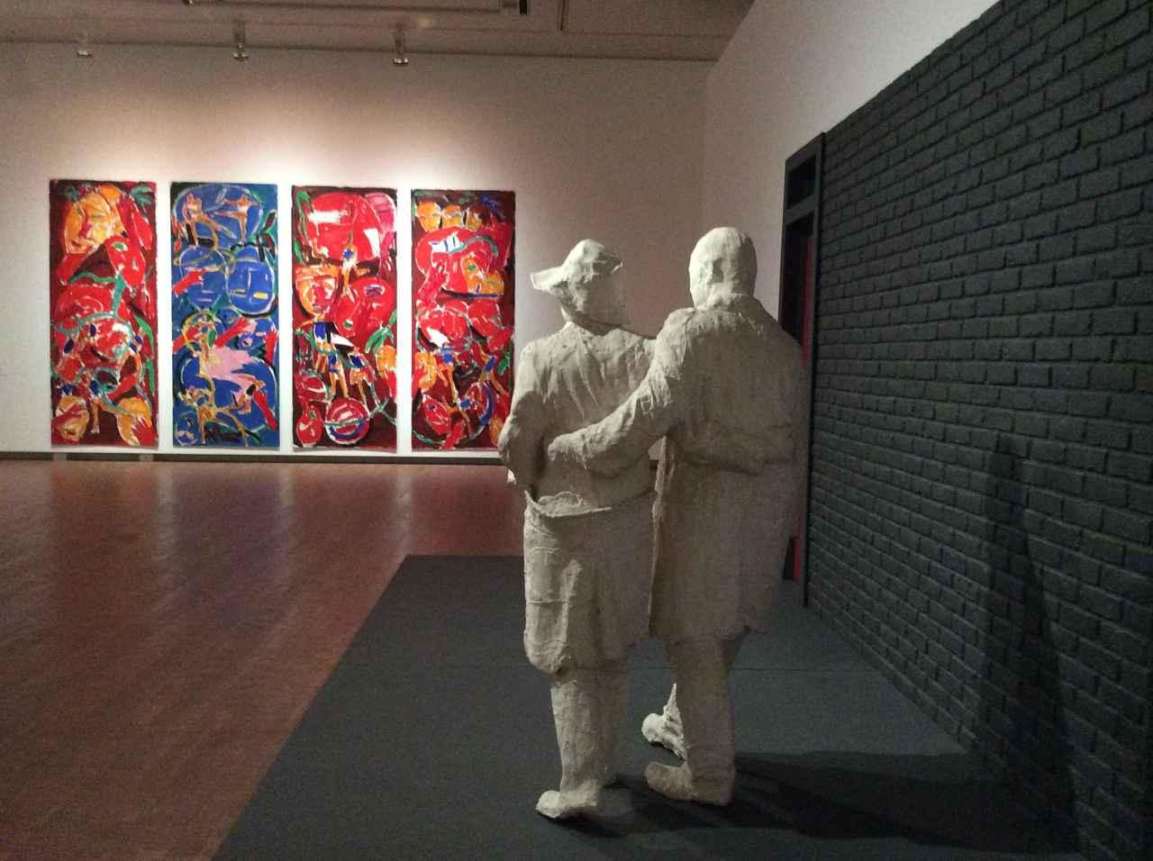 画像: 奥)ブルース・マクレーン《バレエ、ブリⅠのための習作》1981年 手前)ジョージ・シーガル《瓦礫の壁》1970年 photo©︎cinefil