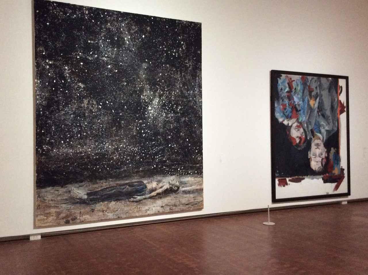 画像: 左)アンゼルム・キーファー《星空》1995年 右)ゲオルク・バゼリッツ《ケーニッヒ夫妻の肖像》1970-71年 photo©︎cinefil