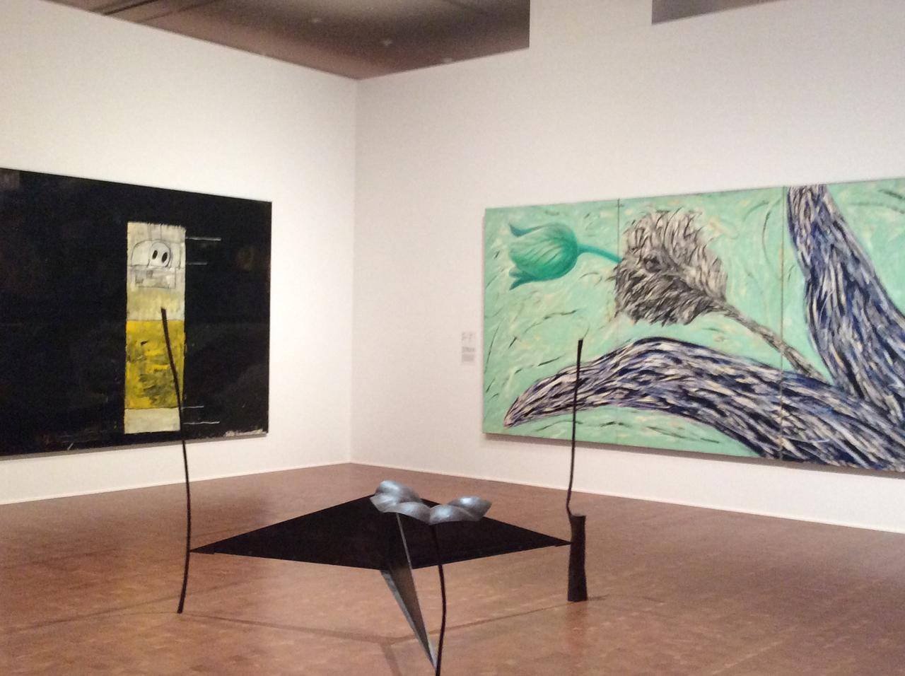 画像: 左)吉本作次《中断された眠り I》1985年 作家蔵 真ん中)宮﨑豊治《身辺モデル-類似比》1985年 国立国際美術館蔵 右)山部泰司《AIR-PLANT(85-8)》1985年 作家蔵 photo©︎cinefil